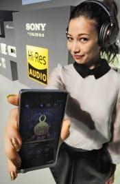 ソニーが発表したCDに比べ高音質の「ハイレゾリューション(ハイレゾ、高解像度)」音源に対応したオーディオ機器。家庭や外出先でも手軽にライブ会場のような音楽を楽しめる。(2013年9月26日、東京都品川区)