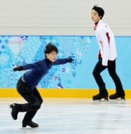 試合会場に隣接した練習リンクで調整する町田(左)と羽生(4日、ソチ)=写真 柏原敬樹