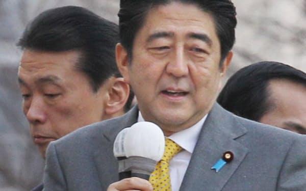 応援演説をする安倍晋三首相(2日、東京・銀座)