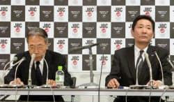 記者会見するJBCの秋山弘志理事長(左)と浦谷信彰事務局長代行(7日、東京都文京区)=共同