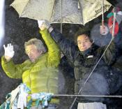 8日夜、東京・新宿で雪が降りしきる中、小泉元首相は細川候補支持を有権者に訴えた=共同