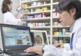テレビ電話で顧客の要望を聞くアスクルの薬剤師(埼玉県三芳町のロハコドラッグ首都圏)