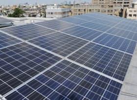 マンションの屋上に設けられた太陽光発電パネル(東京都内)