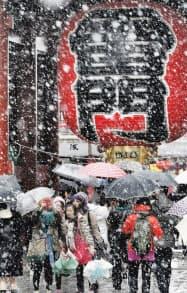 観光名所、浅草の雷門も降りしきる雪にかすみがちに(14日、東京都台東区)