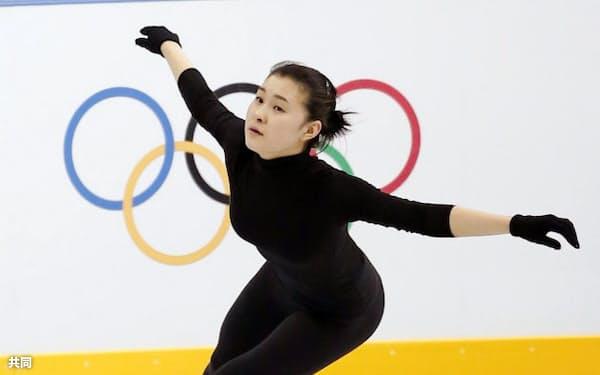 練習で滑走する村上佳菜子(14日、ソチ)=共同