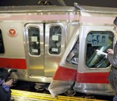 元住吉駅で、停車中の電車に追突し壊れた後続の電車(15日未明、川崎市中原区)=共同