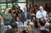 社員と歓談するマイクロソフトの幹部。左からビル・ゲイツ氏、新CEOのサトヤ・ナデラ氏、スティーブ・バルマー氏(2月4日、米ワシントン州の本社)