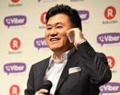 バイバーを使って、同社の最高経営責任者(CEO)と通話する楽天の三木谷浩史社長(2014年2月14日、東京都内)