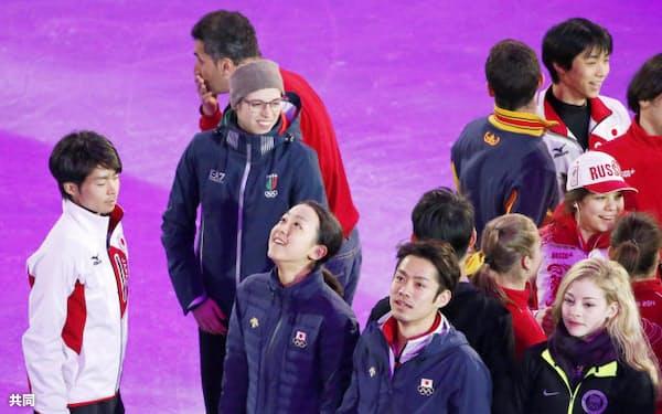 フィギュアスケートのエキシビションに向け、会場に集まった(手前左から)町田樹、浅田真央、高橋大輔。奥右端は羽生結弦(21日、ソチ)=共同
