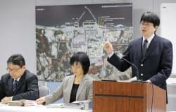 福島第1原発の地上タンクからの汚染水漏れについて説明する東京電力の担当者(21日、東京・内幸町の同社本店)=共同