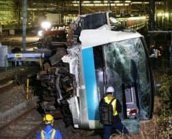 衝突事故で脱線、横転したJR京浜東北線の車両(23日未明、川崎市)