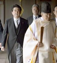 靖国神社を参拝した安倍首相(昨年12月26日、東京・九段北)=共同