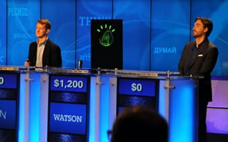 米人気クイズ番組で人間の歴代チャンピオンに勝ったワトソン(中央)