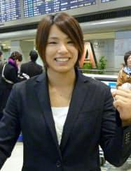 欧州遠征を終えて帰国し、成田空港で取材に応じる柔道女子の松本薫(28日)=共同