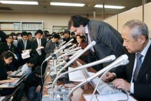 記者会見で頭を下げるMTGOXのカルプレス社長(28日午後、東京・霞が関)