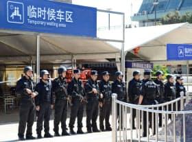 2日、中国雲南省・昆明駅前の無差別殺傷事件の現場で警戒に当たる治安当局(共同)