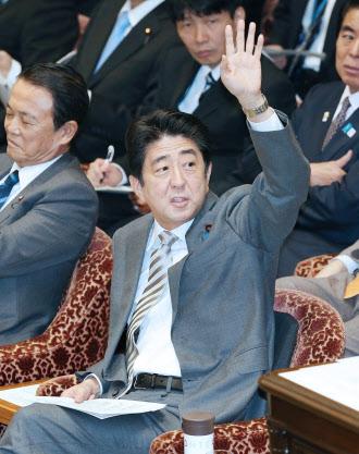 2月12日、衆院予算委で答弁のため挙手する安倍首相