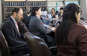 会見で陳謝するMTGOXのマルク・カルプレス社長(中央、2月28日、東京・霞が関)