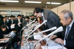 記者会見で頭を下げるマウントゴックスのカルプレス社長(2月28日午後、東京・霞が関)