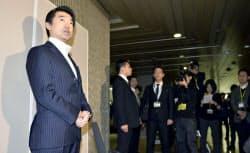 退庁前に記者の質問に答える橋下徹大阪市長(2月26日、大阪市役所)=共同