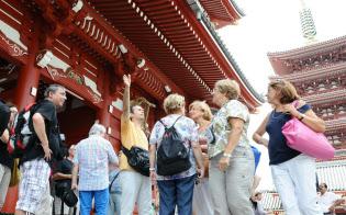 浅草寺(東京?台東)を観光?#24037;?#22806;国人旅行客。2020年の東京五輪を控え、外国人が滞在しや?#24037;?#23487;泊施設の充実は大きな課題だ