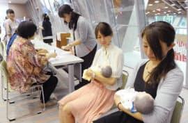 妊産婦の防災訓練で、乳児の人形を抱える学生ら