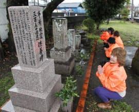 外所地震の供養碑の手入れに訪れた泉とし子さん(手前)ら