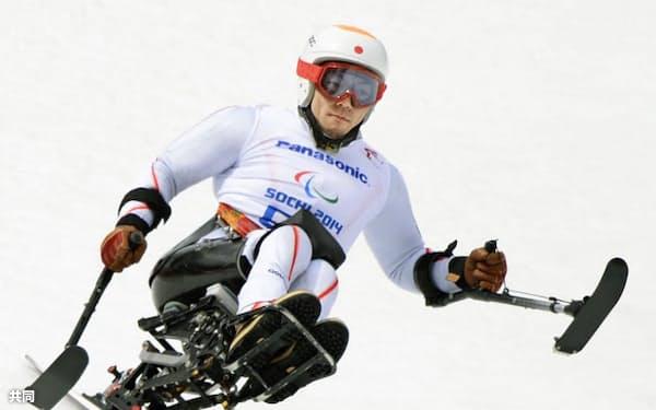ソチ冬季パラリンピックのアルペンスキー男子滑降座位で、金メダルを獲得した狩野亮(8日、ソチ)=共同
