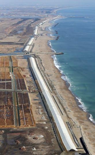 2014年 宮城県南部の沿岸部で建設が進む高さ約7メートルの防潮堤。完成すれば約30キロの長さになる(4日)