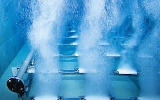 オゾン接触池では、水槽の底部からオゾンを水中に放散させる。オゾンの強い酸化作用で、カビ臭の原因物質などを分解する(東京都水道局提供)