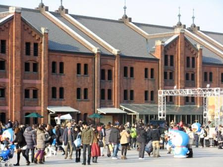 多くの観光客が訪れる横浜赤レンガ倉庫