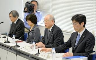 STAP細胞論文の疑義に対する調査の中間報告をする理研の野依良治理事長(右から2人目)ら(14日午後、東京都中央区)=共同