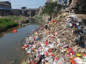 中国湖北省の河川に投棄された生活ごみ=共同