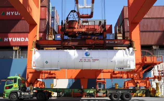 米国から輸入された液体ヘリウム。わずかな振動でも気化してしまうため、大陽日酸は運搬専用のコンテナを自社で製造している(東京都品川区の大井埠頭)