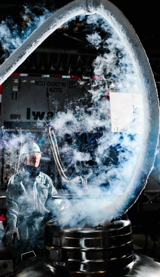 液体ヘリウムの充填作業が行われる岩谷産業の大阪ヘリウムセンター。マイナス269度という極低温のため、専用の容器に注ぎ込む時は、周りの空気が液体となって滴り落ちる現象が見られる(大阪市住之江区)