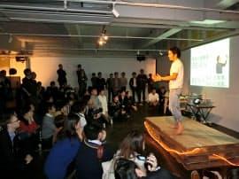 ピッチイベントにTシャツ・ジーパンで登壇、全身を使い出資者・協力者を募る起業家(東京・目黒の「HUB Tokyo」で)