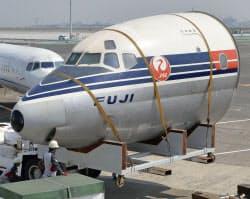 国内初のジェット旅客機DC8「富士号」の機首が常設展示されることが決まり、移送作業が行われた(28日、羽田空港)=共同