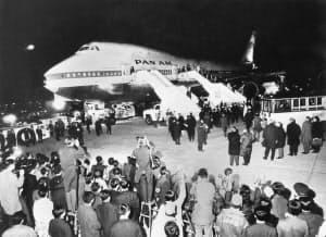 羽田空港に初飛来した米パンアメリカン航空のボーイング747型機に、多数の見物人が押し掛けた(1970年3月11日、東京・羽田空港)=共同