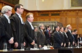 オランダ・ハーグの国際司法裁判所で調査捕鯨をめぐる訴訟の判決言い渡しに臨む関係者ら(31日)=共同