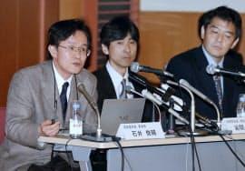 1日午前、「STAP細胞」の論文について記者会見する理化学研究所の調査委員会の石井委員長(左、東京都墨田区)