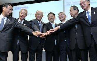 豊田社長(中央)と副社長らは司令塔強化策を打ち出す(2013年7月、名古屋市中村区)