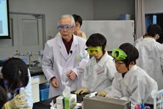 日本科学未来館の実験工房で子どもたちと実験する白川英樹筑波大名誉教授