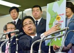 大間原発の建設中止などを求め提訴し、記者会見する北海道函館市の工藤市長(3日、東京・霞が関)=共同