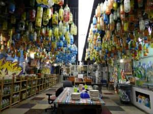 ペットボトルのゴミで飾られたテラサイクルのオフィス。机も椅子もすべて廃品だ