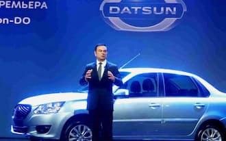 「ダットサン」の新型車を発表するゴーン氏(4日、モスクワ)
