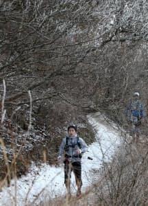霧氷と雪で冬景色となった六甲山を走る