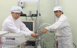クリーンルームで元素変換の実験に取り組んでいる(三菱重工の先進技術研究センター)