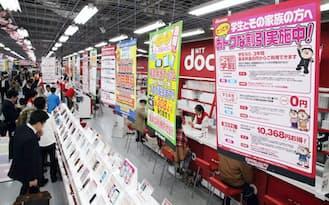 携帯電話の販売店では、大手携帯電話各社による激しい競争が繰り広げられてきた