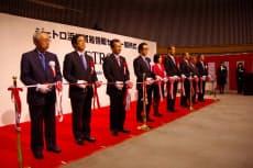 ジェトロ浜松貿易情報センターの開所式でテープカットする関係者ら(7日、浜松市)