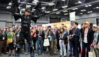 SXSWの展示会場でスケルトニクスの外骨格スーツが大きな注目を浴びた